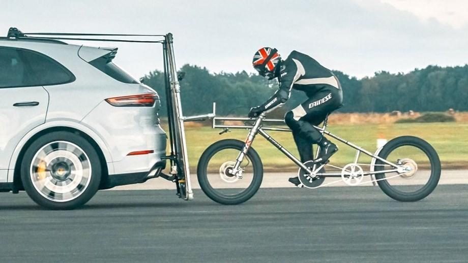 Bicicleta chegou aos 240 km/h à boleia de um Porsche Cayenne