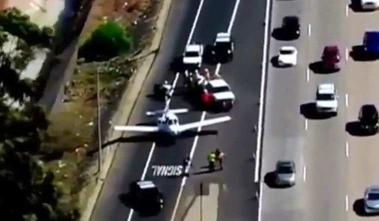 Piloto aterra entre carros em movimento em autoestrada