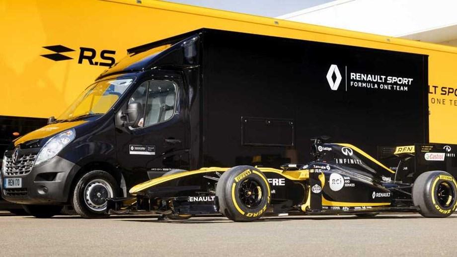Será que um Fórmula 1 cabe dentro de uma carrinha Renault Master?