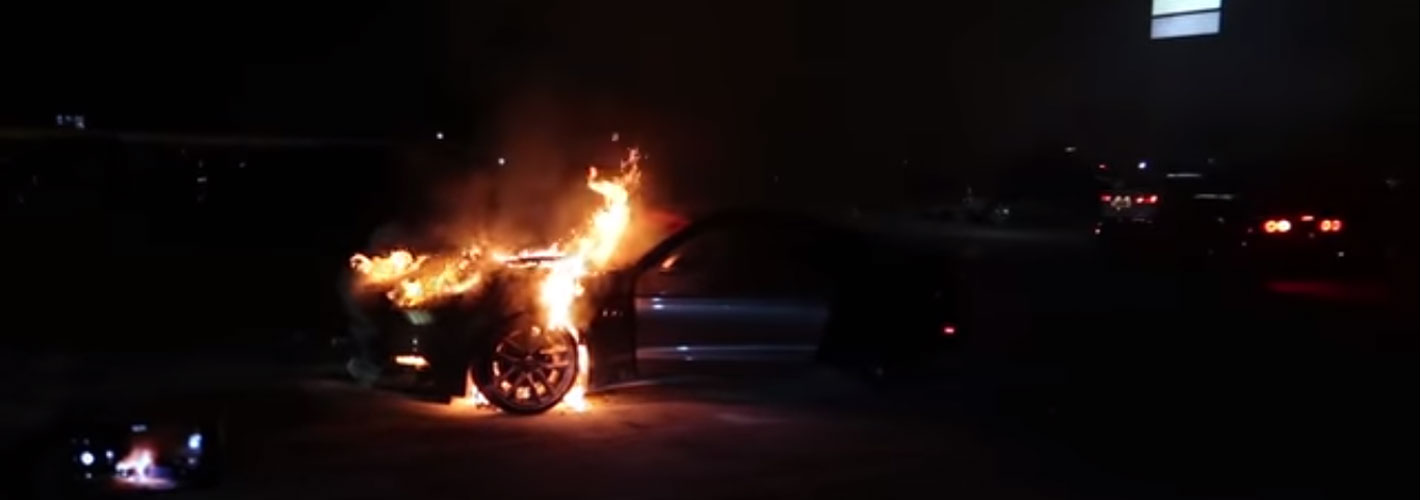 Faz piões até pegar fogo ao Mustang