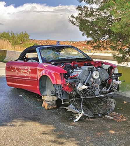 Audi descapotável abandonado em área de descanso